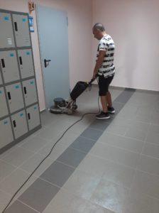 Машинно полиране на подови настилки в Училище