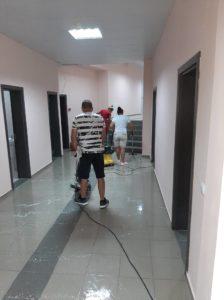 Полиране на подови настилки в коридори