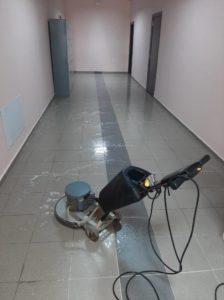 машинно почистване на училищни коридори